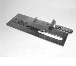 KHF46 Приспособление регулируемое для подгиба ткани вниз на распошивальной машине width=
